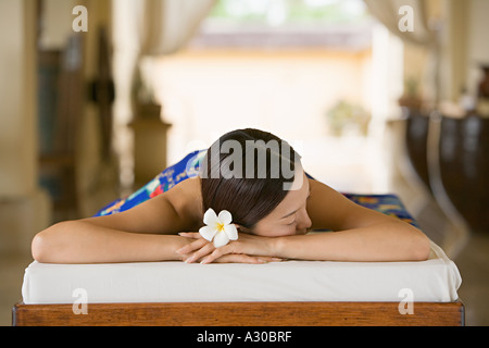 Woman lying on massage table Banque D'Images