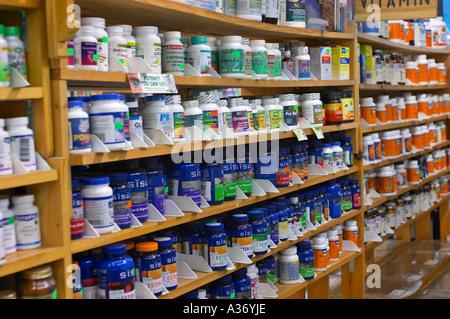 Les aliments et les suppléments de santé shop. Vitamines et suppléments alignés sur les tablettes des magasins. Banque D'Images