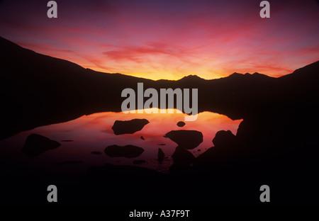 Hiver coucher de soleil sur la plage, vue sur Snowdon Llynau Mymbyr, Parc National de Snowdonia, le Nord du Pays de Galles UK