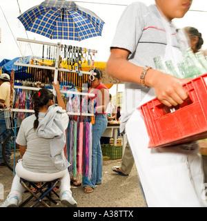 Femme vend des accessoires de plein air et au marché mexicain modèle ne libération nécessaire: crop, flou en arrière Banque D'Images
