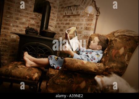 Jeune garçon se détendre avec réserve Banque D'Images