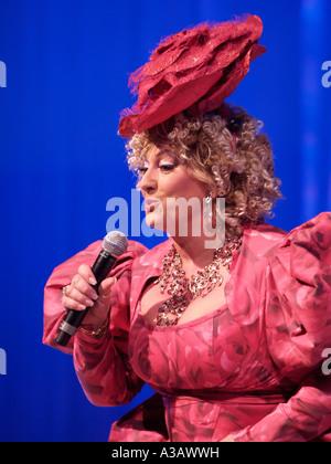 Artiste néerlandais diva chanteuse Karin Bloemen en direct sur scène portant une de ses robes fleur Aalsmeer Pays-Bas