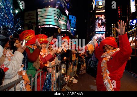 Un employé de l'Alliance de Times Square divertit certains spectateurs à Times Square sur Réveillon Banque D'Images