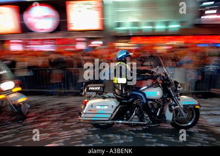 Officiers de NYPD sur la moto à Times Square sur Réveillon Banque D'Images