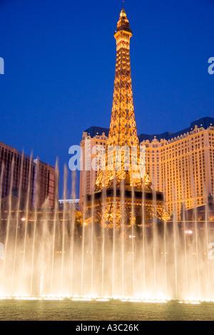 Fontaines du Bellagio effectuer en face de la Tour Eiffel réplique du Casino de Paris sur le Las Vegas NEVADA USA Banque D'Images