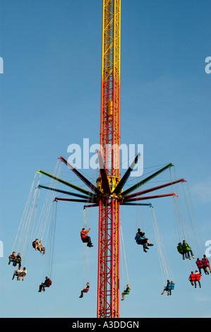 Personnes ont été descente de haut vol dans le ciel nouveau chairoplane Oktoberfest Munich Bavaria Allemagne Banque D'Images