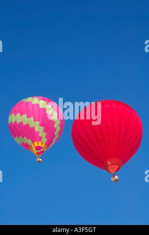 Deux montgolfières contre un ciel bleu clair. L'espace pour texte ci-dessus et ci-dessous balloons Banque D'Images