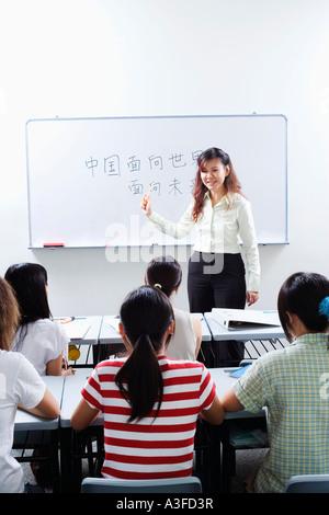 Le professeur donnant cours aux élèves de la classe Banque D'Images