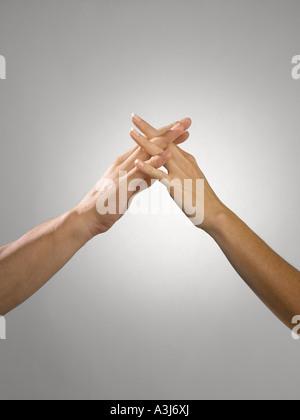 L'homme et de la femme avec les doigts enlacés Banque D'Images
