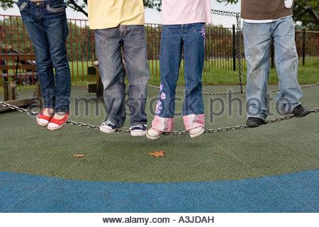 Les enfants debout sur une chaîne Banque D'Images