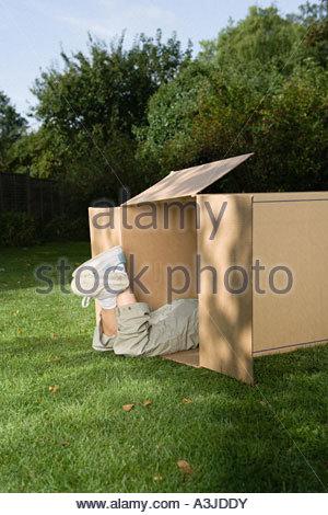 Les jambes de l'enfant en boîte carton Banque D'Images