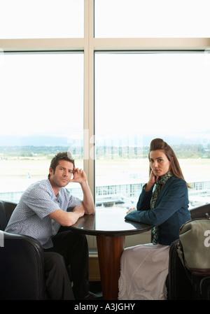 Portrait de couple dans l'aéroport, Vancouver, British Columbia, Canada Banque D'Images