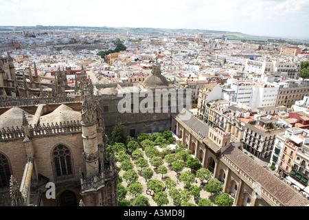 Vue depuis la Tour Giralda,Cathédrale de Séville, à la recherche sur les orangeraies et ville, Andalousie, Espagne, Banque D'Images