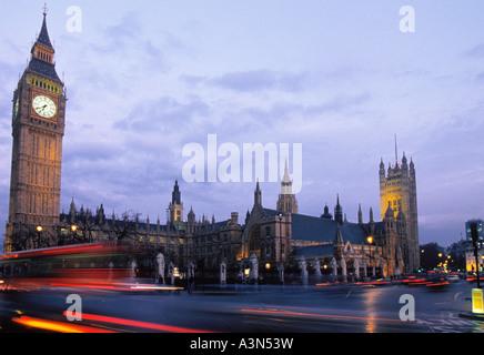Europe Londres UK Royaume-Uni Grande-Bretagne Angleterre Big Ben et des chambres du Parlement sur la place du Parlement Banque D'Images