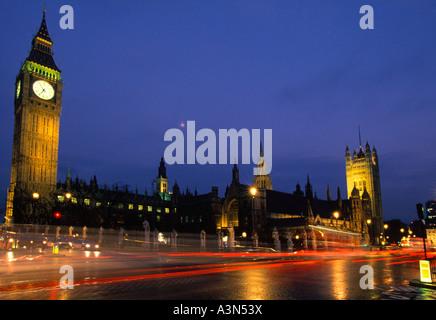 Europe Londres Grande-bretagne Place du Parlement avec le trafic de nuit après la pluie Chambres du Parlement Sandra Banque D'Images