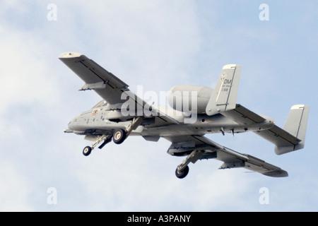 Un A-10 Thunderbolt, également connu sous le nom de 'Warthog', il montre au cours du décollage du train roulant