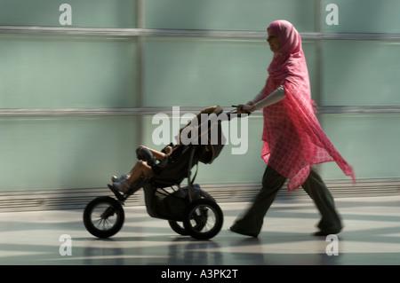 Silhouette d'une mère turque avec une poussette de bébé