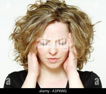 Jeune femme souffrant de maux de tête Banque D'Images