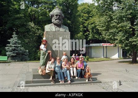 Les femmes posant devant le Monument Karl Marx à Kaliningrad, Russie Banque D'Images