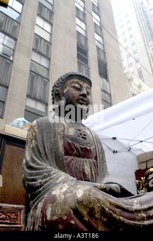 La figure de l'Asie à vendre dans un marché de rue dans la 6e Avenue, Manhattan New York Nano Calvo écrit visuelle Banque D'Images