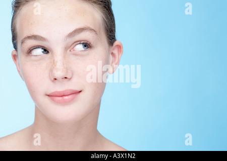 Une jeune femme sourit à sideway close up Banque D'Images