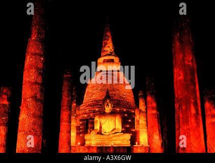 Buddah illuminée par des bougies pendant le festival de Loy Krathong à Sukhothai (vieille ville) de la Thaïlande. Banque D'Images