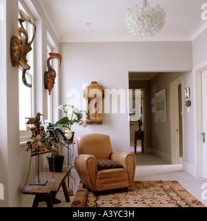 Fauteuil en cuir dans le couloir sur tapis à motifs Banque D'Images