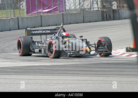 Voiture de course noir autour de la vitesse de course au cours d'angle Banque D'Images