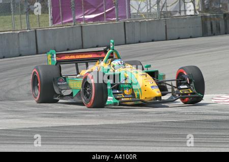 Voiture de course jaune-vert autour du coin accélération au cours de la race Banque D'Images