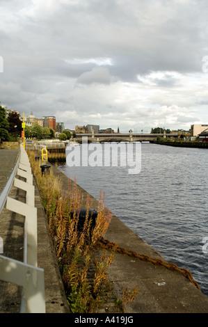 Une vue de Glasgow à l'est le long de la rivière Clyde Banque D'Images