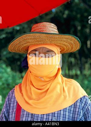 Femme thaïlandaise locale En Headress et Hat Phuket Thaïlande Asie du sud-est Banque D'Images