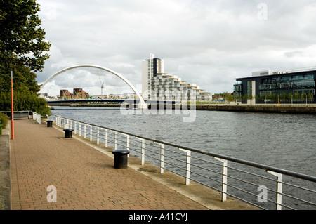 Une vue de Glasgow à l'est le long de la rivière Clyde vers l'Finnieston Bridge. - L'Arc de Glasgow. Banque D'Images