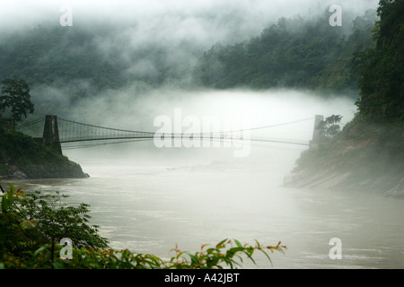 Le brouillard, les nuages flottant sur le lit, par suspension bridge à Rishikesh, Uttranchal, India Banque D'Images
