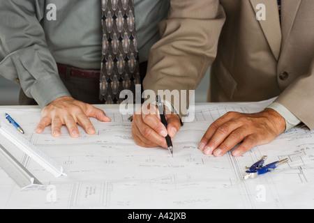 Les hommes d'affaires de l'établissement des plans de bâtiment Banque D'Images