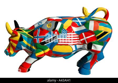Sculpture d'une vache couverte de drapeaux nationaux Banque D'Images