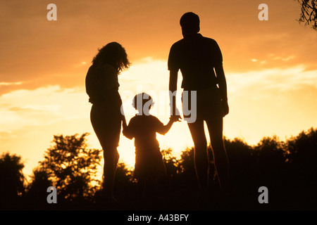 La famille et le coucher du soleil Banque D'Images