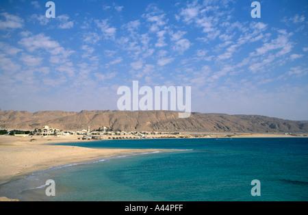 La baie de la côte de la Mer Rouge en Egypte avec plage déserte d'un hôtel resort Banque D'Images