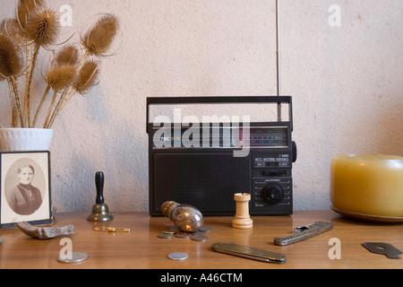 Radio portable et une petite collection de vieilles choses placé sur une commode Banque D'Images