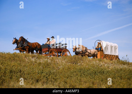 Cowboys sitting in chuck wagons Banque D'Images