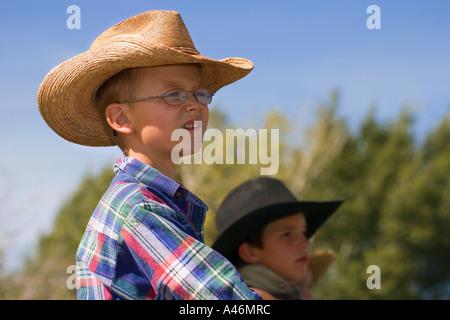 Les garçons portant des chapeaux de cow-boy Banque D'Images