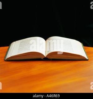Livre ouvert sur la table Banque D'Images