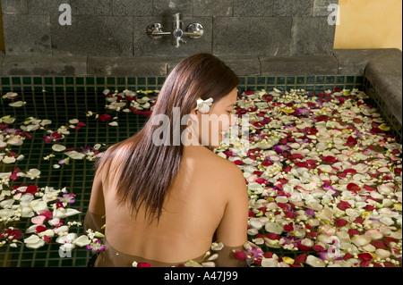 Femme en baignoire de pétales