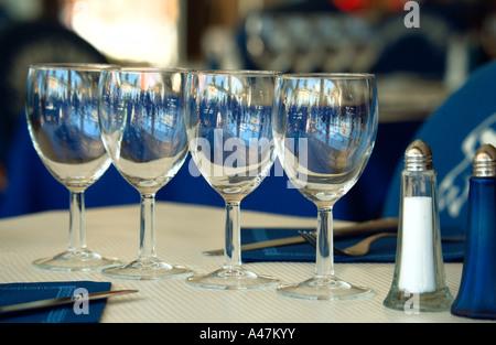 Des verres à vin sur table in restaurant Banque D'Images