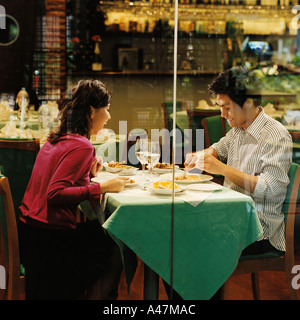 Young couple in restaurant Banque D'Images