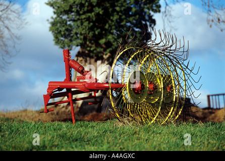 Machines agricoles.raisonnab foin tirée le long derrière le tracteur pour recueillir la récolte (herbe foin)prêt Banque D'Images