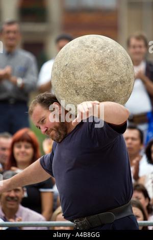 Harrijasotzaileak Lever de pierre (granit) concurrent exerçant son