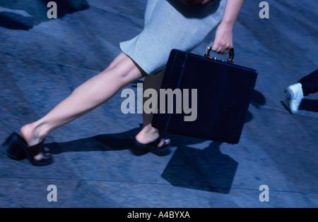 Businesswoman Walking transportant une mallette pour New York City Banque D'Images