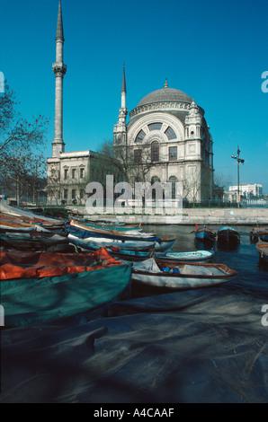 Mosquée Dolmabhace sur les rives de la rivière Bosphore, Istanbul Turquie Banque D'Images