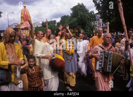 Uk festival hindou Hare Krishna Ratha Jatra ou Rathayatra ou char Londres festival religieux fervents tirer char Park Lane HOMER SYKES