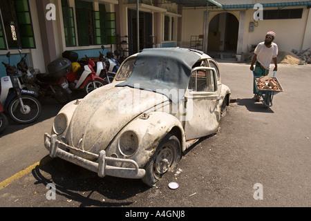 La Malaisie Kedah Georgetown Penang mosquée Benggali derilect VW Coccinelle dans tarmac Banque D'Images